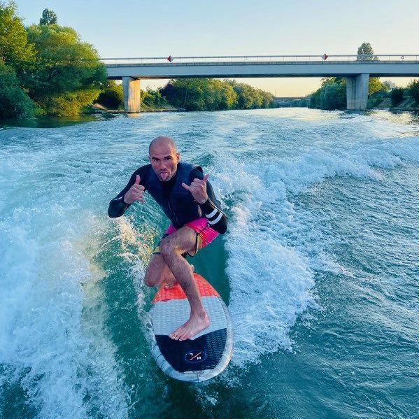 Eric Lebrun qui surfe sur un fleuve
