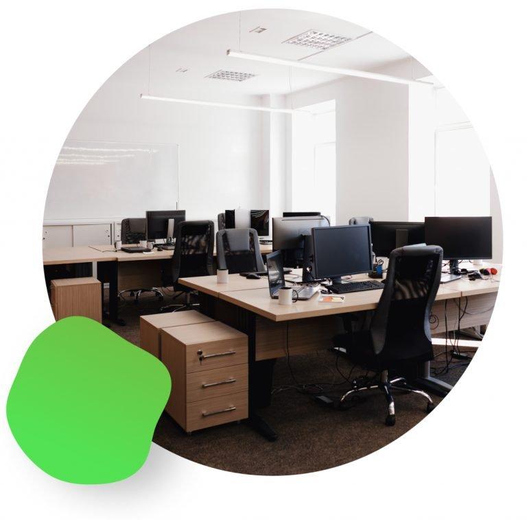 salle de bureau avec plusieurs postes de travail