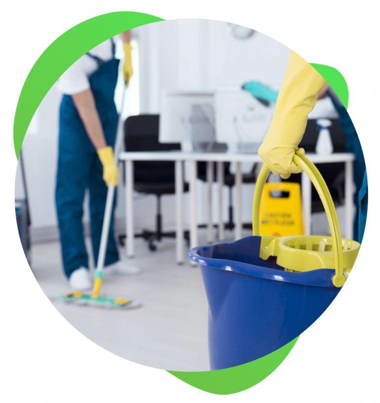 agents qui nettoient le sol de bureaux